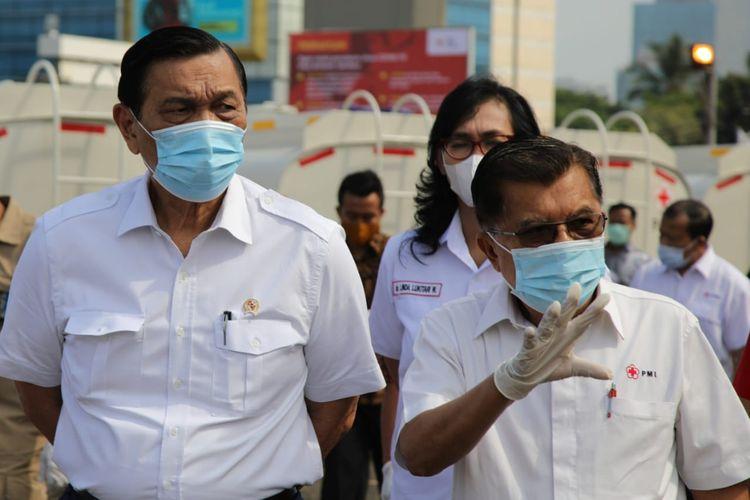 Menko Bidang Kemaritiman dan Investasi Luhut Binsar Pandjaitan dan Ketua Umum PMI Jusuf Kalla kunjungi Gudang PMI di Jakarta, Selasa (29/9/2020).