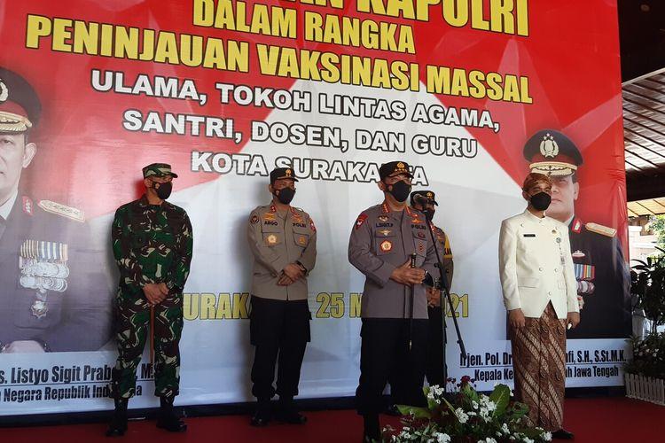 Kapolri Jenderal Polisi Listyo Sigit Prabowo didampingi Wali Kota Solo Gibran Rakabuming Raka memberikan keterangan pers terkait vaksinasi massal di Pendapi Gede Kompleks Balai Kota Solo, Jawa Tengah, Kamis (25/3/2021).