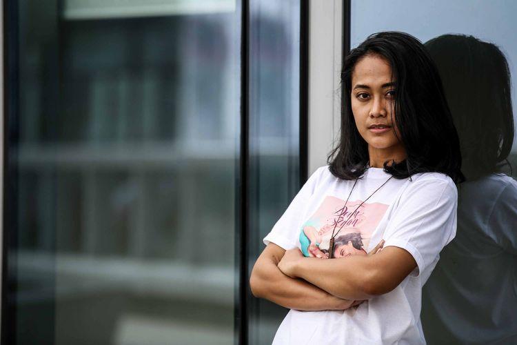 Putri Ayudya berpose saat media visit ke kantor redaksi Kompas.com, Palmerah, Jakarta, Senin (6/5/2019). Down Swan merupakan film drama Indonesia perdana dari rumah produksi Adiksi Films yang akan dirilis pada bulan Mei tahun 2019.