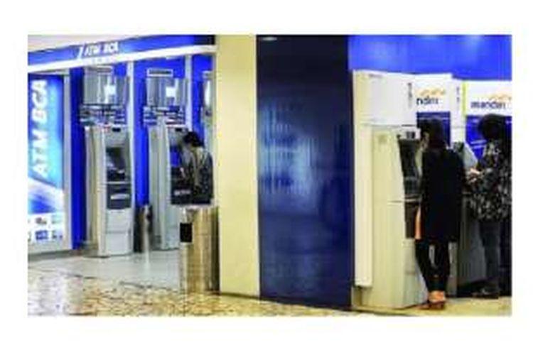 Ilustrasi: Pengunjung sedang melakukan transaksi di ATM.