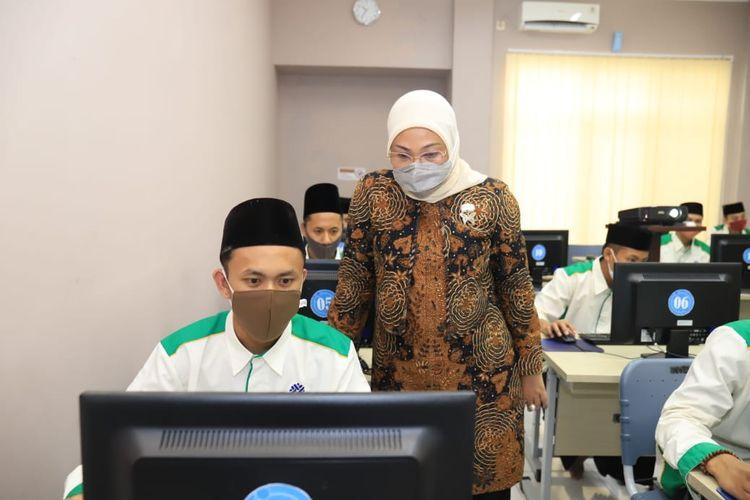 Menteri Ketenagakerjaan (Menaker) Ida Fauziyah saat meninjau Balai Latihan Kerja (BLK) Komunitas Darussalam Blokagung dan BLK Komunitas Bustanul Falah di Banyuwangi, Jawa Timur, Jumat (2/4/2021).