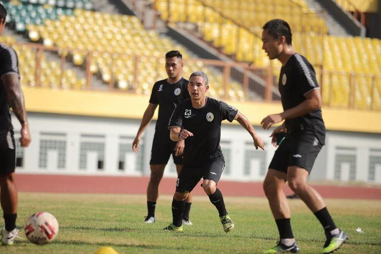 Gelandang PS Sleman Kim Jeffrey Kurniawan saat pemusatan latihan (TC) di Stadion Wibawa Mukti, Cikarang, Kabupaten Bekasi, Jawa Barat pada Sabtu (12/6/2021).