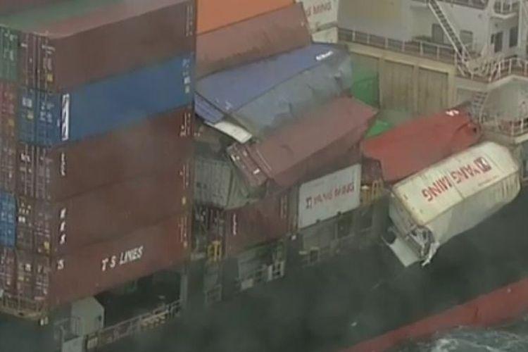 Kontainer jatuh dari kapal kargo milik perusahaan asal Taiwan, Yang Ming, di perairan Australia, Kamis (31/5/2018). (9news)