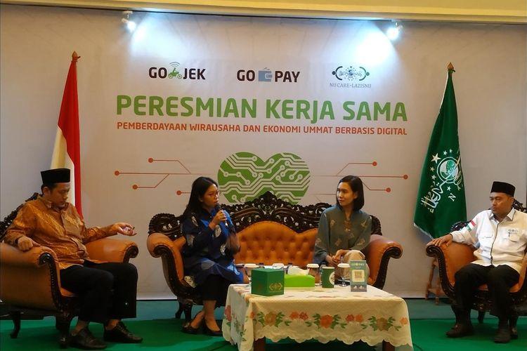 Ketua Lembaga Amil Zakat Infaq dan Sedekah Nahdlatul Ulama (NU Care-LazisNU) Achmad Sudrajat (kanan) menjabarkan alasan kerja sama dengan dompet digital, Go-Pay dalam sistem Go-Jek di Jakarta, Selasa (16/7/2019).