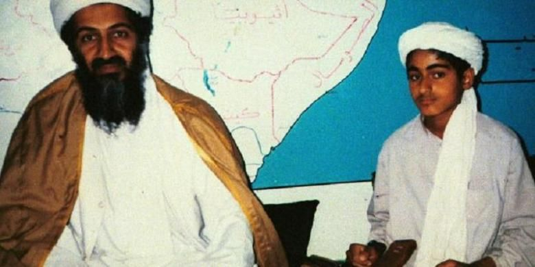 Osama bin Laden semasa hidupnya dan putranya, Hamza bin Laden. Keduanya duduk di depan peta Teluk Arab.