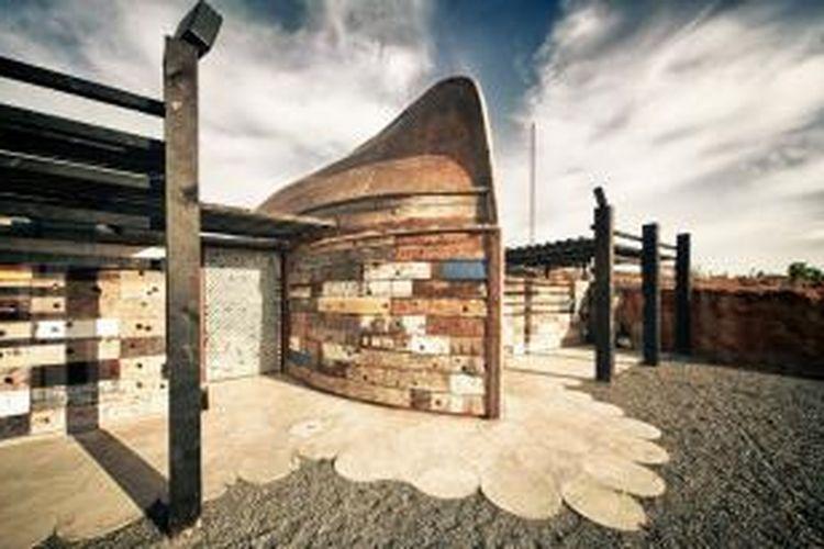 Claudia Turrent   Alejandro d'Acosta Arquitectos membuat pabrik minuman anggur dari sisa-sisa kapal tua.