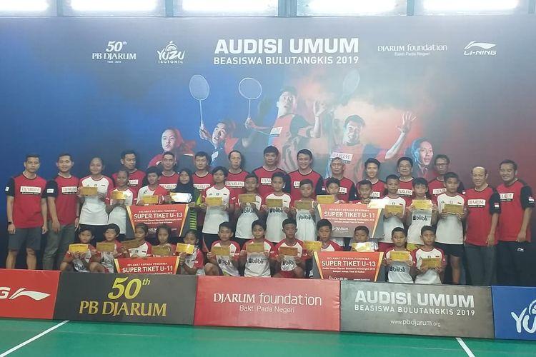 Para pemenang Super Tiket Audisi Umum Beasiswa Bulu Tangkis Surabaya berfoto bersama para legenda dalam acara penutupan seri Surabaya di GOR Sudirman, Selasa (22/10/2019).