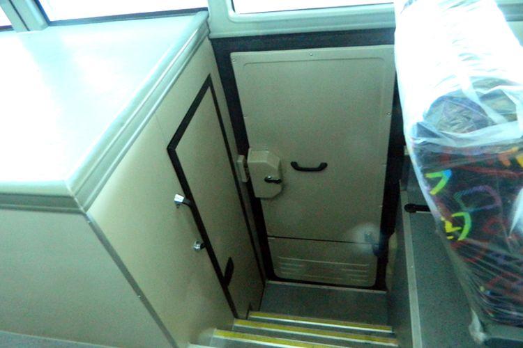 Toilet di tengah kabin bus