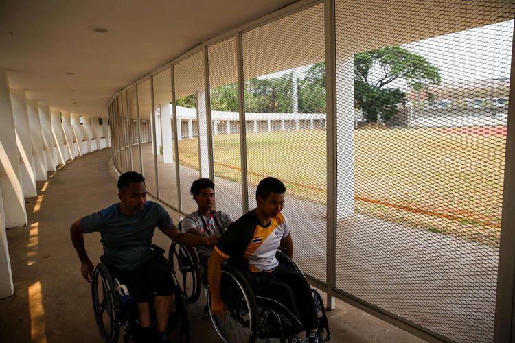 Atlet Paralimpiade cabang atletik setelah mengikuti latihan di Stadion Madya, Gelora Bung Karno, Jakarta Pusat, Rabu (3/10/2018). Tujuan klasifikasi adalah untuk mengelompokkan para atlet berdasarkan jenis dan tingkat disabilitasnya. Dalam Asian Para Games 2018, atlet dikelompokkan menjadi tiga, yaitu physical impairment (PI) untuk atlet tunadaksa, visual impairment (VI) bagi atlet tunanetra, dan intellectual impairment (II) untuk atlet tunagrahita.
