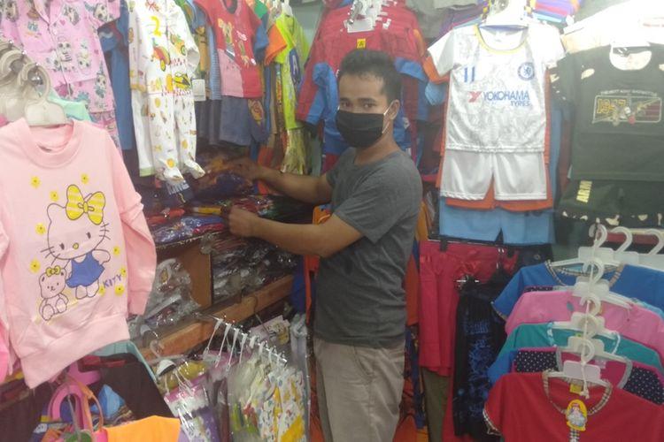 perdagang  baju anak di Pasar Cibubur, Ciracas, Jakarta Timur, Rabu (1/7/2020)