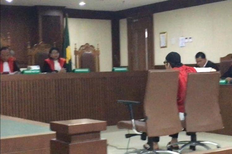 Sandy Tumiwa menjalani sidang putusan di Pengadilan Negeri Jakarta Pusat, kawasan Gunung Sahari, Kamis (3/10/2019). Sidang putusan akhirnya ditunda selama dua pekan lantaran berkas-berkas administrasi belum lengkap.