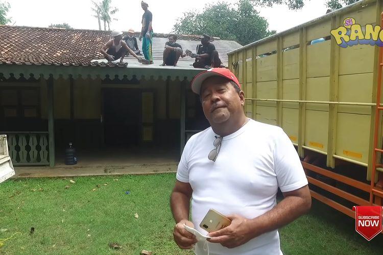 Rano Karno saat berada di depan rumah Si Doel yang mulai dibongkar bagian atapnya.