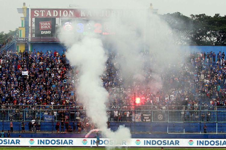 Pertandingan sampan terhenti karena ulah suporter Arema FC yang menyalakan flare saat pertandingan melawan Bali United di Pekan 33 Liga 1 2019 yang berakhir dengan skor 3-2 di Stadion Kanjuruhan Kabupaten Malang, Jawa Timur, Senin (16/12/2019) sore.