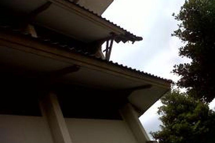 Atap kanopi bagian selatan SD Negeri Kwitang 01 Pagi, Senen, Jakarta Pusat, disangga dengan kayu agar tidak roboh. Foto diambil pada Kamis (12/12/2013).