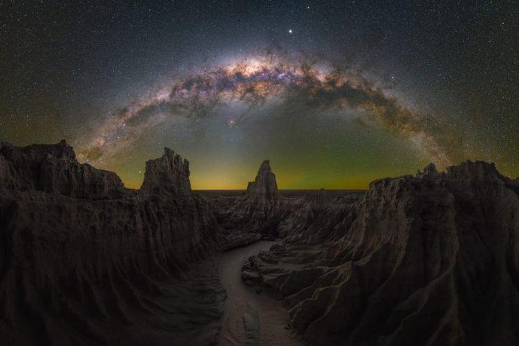 Gambar Bima Sakti yang diabadikan oleh Daniel Thomas Gum di Mungo, NSW, Australia.