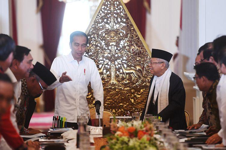 Presiden Joko Widodo (kiri) didampingi Wakil Presiden Maruf Amin (kanan) memimpin sidang kabinet paripurna di Istana Merdeka, Jakarta, Kamis (24/10/2019). Sidang kabinet paripurna itu merupakan sidang perdana yang diikuti menteri-menteri Kabinet Indonesia Maju.