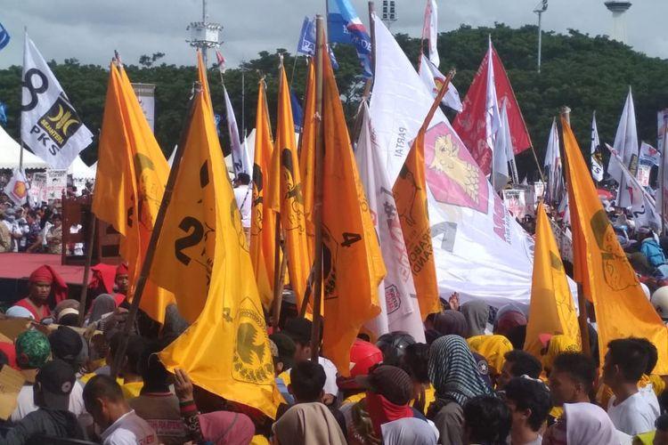 Beberapa bendera yang memperlihatkan lambang Partai Golkar beserta nomor urutnya berkibar saat kampanye capres nomor urut 02 Prabowo Subianto di Lapangan Karebosi Makassar, Sulawesi Selatan, Minggu (24/3/2019).