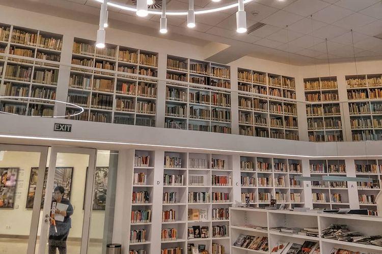 Koleksi dan interior Perpustakaan Erasmus Huis, Jakarta