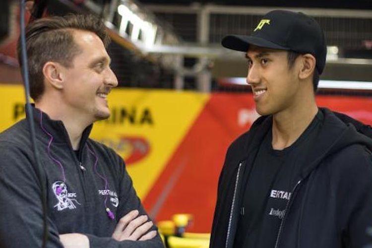 Engineer tim Pertamina Arden, Gaetan Jego (kiri), sedang berbincang dengan pebalap Indonesia, Sean Gelael, di area paddock Sirkuit Internasional Bahrain, Sakhir, Sabtu (15/4/2017).