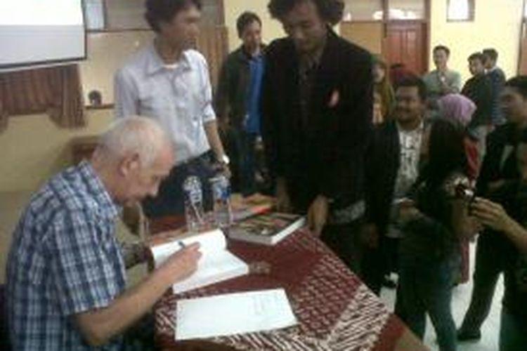 Penulis buku Tan Malaka, Gerakan Kiri dan Revolusi Indonesia menandatangani buku karyanya untuk para mahasiswa peserta diskusi buku di Universitas Nusantara PGRI Kediri, Jawa Timur, Sabtu (8/2/2014).