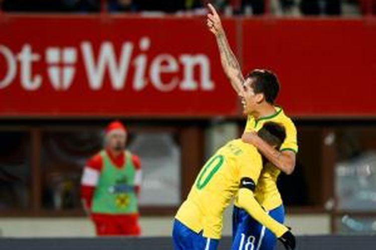 Pemain Brasil, Roberto Firmino, melakukan selebrasi setelah mencetak gol ke gawang Austria pada laga persahabatan, Selasa atau Rabu (19/11/2014) dini hari WIB.