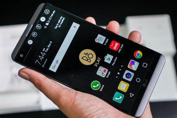 Beginilah rupa antarmuka LG V20 ketika dinyalakan. Layar kedua terdapat di sisi kanan atas layar utama dan bersisi aneka macam tombol shortcut fungsi serta aplikasi.
