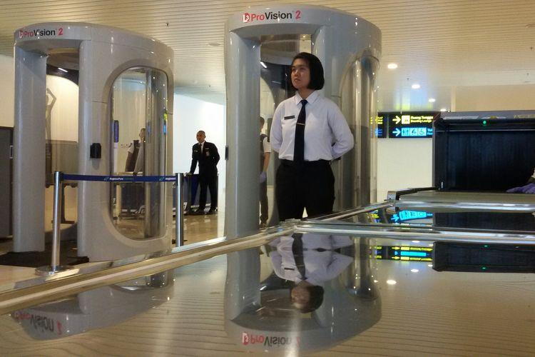 Terminal penumpang Bandara Internasional Yogyakarta memasang pengaman yang cukup ketat sejak penumpang memasuki pintu terminal.