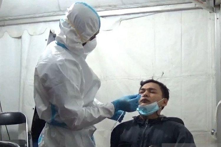 Seorang pemudik menjalani tes antigen sebelum dibolehkan melanjutkan perjalanan karena alasan akan menikah.