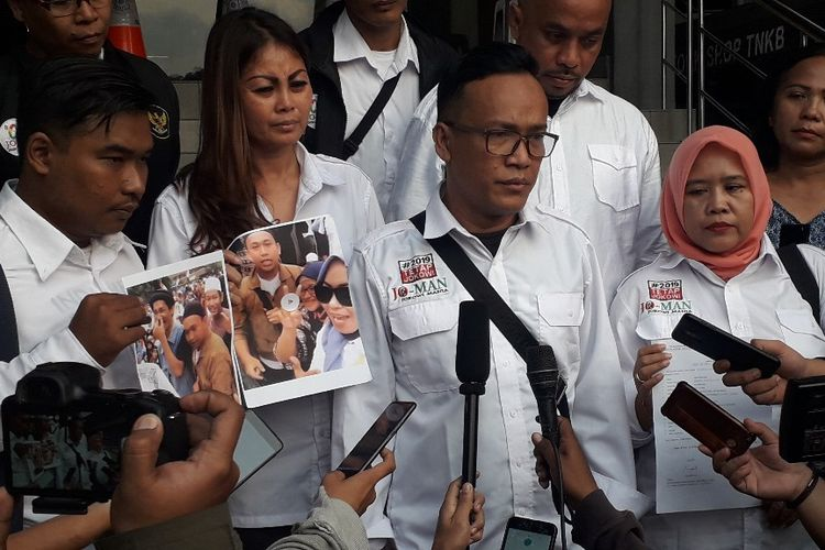 Ketua Umum Tim Jokowi Mania Immanuel Ebenezer memberikan keterangan kepada wartawan di Mapolda Metro Jaya, Sabtu (11/5/2019).