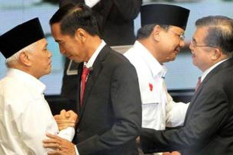 Pasangan capres dan cawapres, Prabowo-Hatta dan Jokowi-JK bersalaman saat acara debat di Jakarta Selatan, Senin (9/6/2014). Debat akan dilakukan sebanyak lima kali selama masa kampanye.
