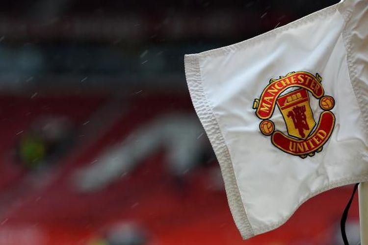 Logo Manchester United, pada bendera di salah satu titik sepak pojok, lapangan Stadion Old Trafford. Foto diambil pada Minggu (12/4/2015), sebelum pertandingan Premier League antara Manchester United dan Manchester City.