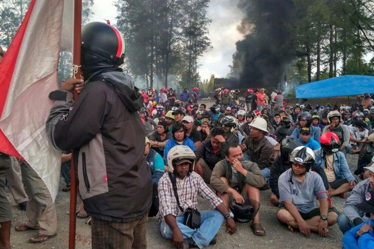 Sejumlah karyawan korban PHK PT Freeport Indonesia berunjuk rasa di Cek Point Mile 28, Timika, Papua, Sabtu (19/8). Karyawan korban PHK tersebut kecewa karena persoalan hubungan industrial antara pekerja dan manajemen PT Freeport Indonesia tidak kunjung selesai.
