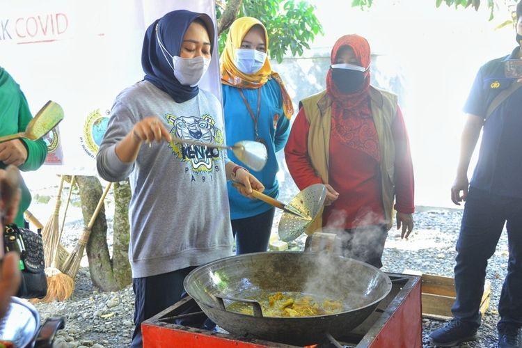 Bupati Purbalingga Dyah Hayuning Pratiwi meninjau langsung operasional dapur umum di Desa Toyareka, Kecamatan Kemangkon, Jumat (16/7/2021).