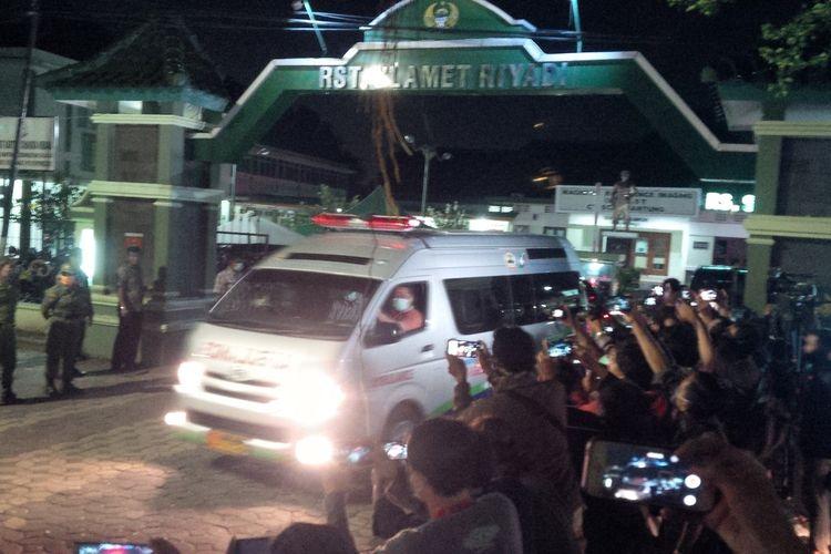 Mobil ambulans yang membawa jenazah almarhumah ibunda Presiden Jokowi ke rumah duka Jalan Pleret Raya No 9 A Kelurahan Sumber, Kecamatan Banjarsari, Solo, Jawa Tengah, Rabu (25/3/2020) malam.