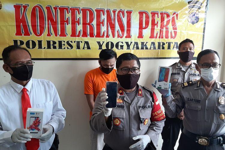 Kapolsek Gondomanan Kompol Purwanto saat menunjukan barang bukti handphone. Dalam jumpa pers, WS pelaku penipuan dengan modus berpura-pura sebagai Satgas Covid-19,  juga turut dihadirkan di Mapolsek Gondomanan.