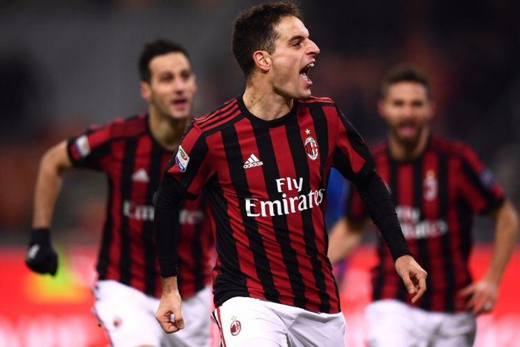 Gelandang AC Milan, Giacomo Bonaventura (tengah), merayakan gol yang dia cetak ke gawang Bologna dalam laga Liga Italia di Stadion San Siro, Milan, pada 10 Desember 2017.