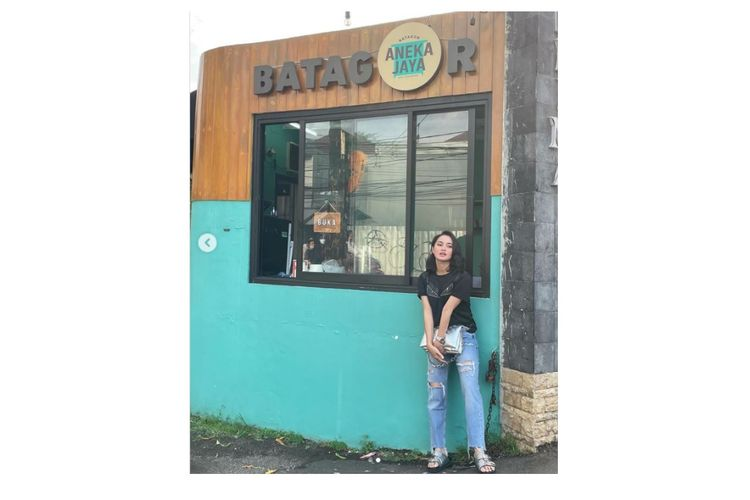 Artis peran Ririn Ekawati berpose di depan gerai batagor, salah satu bisnis kuliner yang digelutinya.