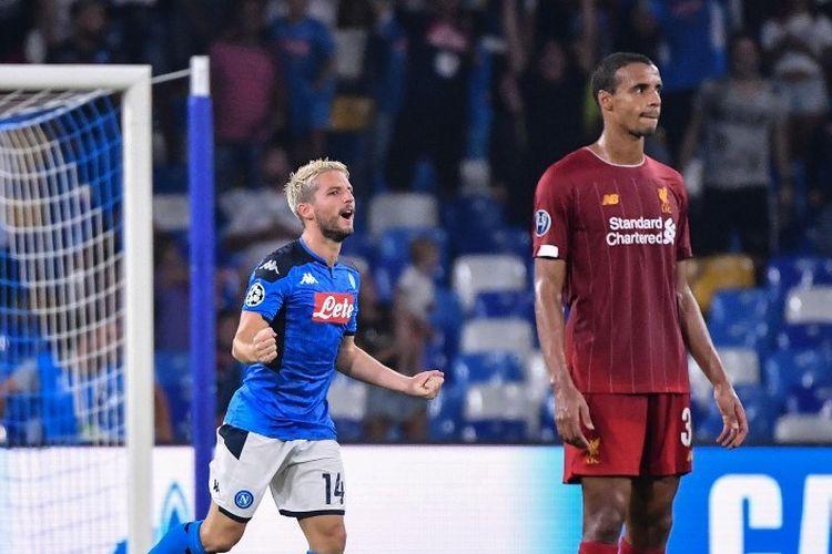 Dries Mertens bergembira sementara Joel Matip tampak kecewa timnya kebobolan pada laga Napoli vs Liverpool di Stadion San Paolo dalam matchday 1 Liga Champions, 17 September 2019.
