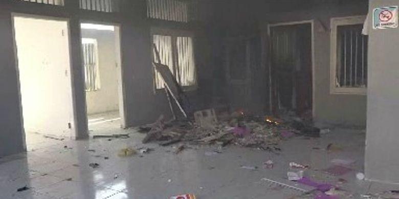 Suasana salah satu ruang di rutan kelas IIB Pasangkayu, Sulawesi Barat, yang dibakar ratusan napi, Senin, (22/4/2019).