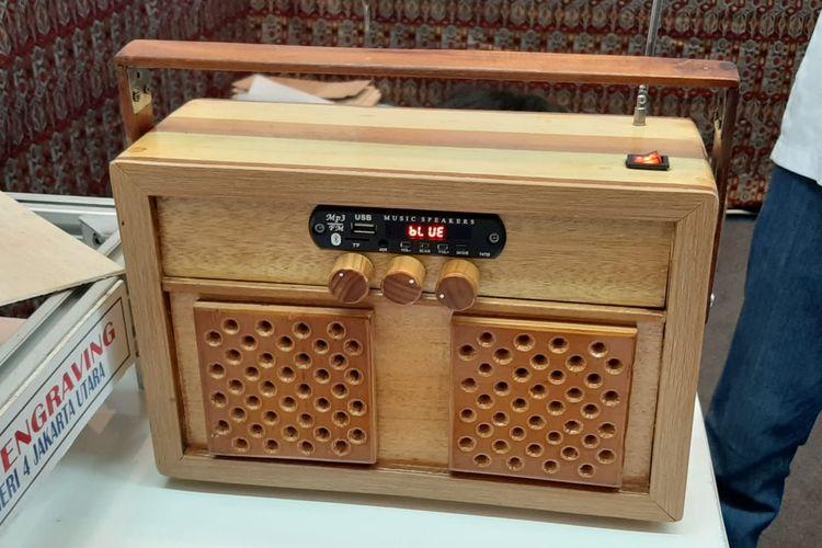 Radio berbahan kayu hasil karya SMKN 4 Jakarta yang ditampilkan dalam pameran GESS Indonesia 2019 di Jakarta, 18-20 September 2019.