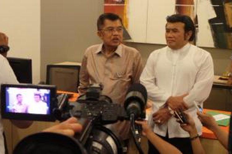 Jusuf Kalla bersama Rhoma Irama di Kantor Dewan Masjid Indonesia, Jakarta, Jumat (1/11/2013).