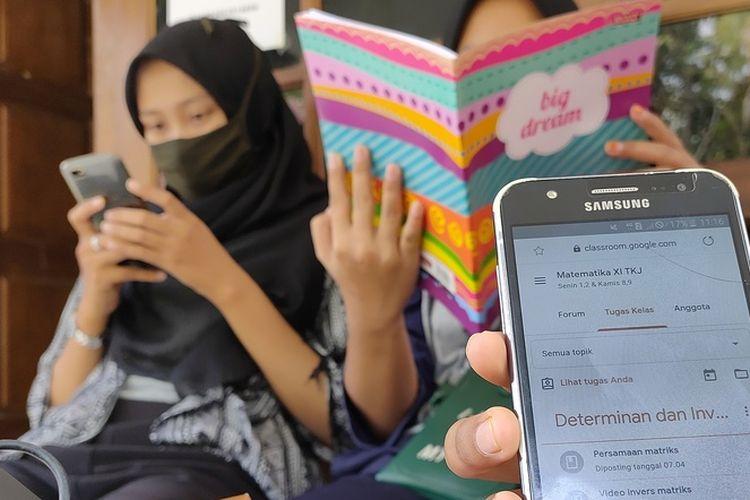 Banyak siswa SD, SMP dan SMA mampir beberapa jam ke sebuah rumah di Pedukuhan Kopad, Karangsari, Pengasih, Kulon Progo, DI Yogyakarta, belakangan ini. Pelajar itu entah dari mana saja. Mereka ke rumah itu untuk mengakses internet gratis yang disediakan pemilik rumah bagi pelajar di masa sekolah online selama Pandemi Covid-19. Para pelajar mengerjakan tugas di rumah itu, lalu pulang. pemilik rumah, Nur Vicky Al Amin (28), sengaja menyediakan akses internet itu untuk pelajar mengerjakan tugas sekolah.