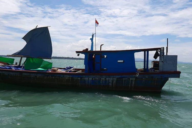 Kapal nelayan menggunakan layar dari terpal