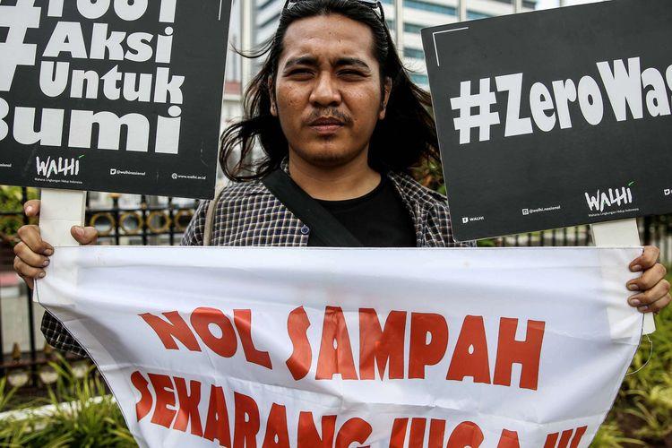 Aktivis Wahana Lingkungan Hidup (Walhi) DKI Jakarta melakukan aksi memperingati Hari Bumi di depan Balai Kota Jakarta, Senin (22/4/2019). Dalam aksinya aktivis Walhi mendesak Pemprov DKI Jakarta untuk melakukan upaya pemulihan ekologis lingkungan serta melakukan penegakan hukum kepada seluruh industri yang berpotensi mencemari dan merusak lingkungan.