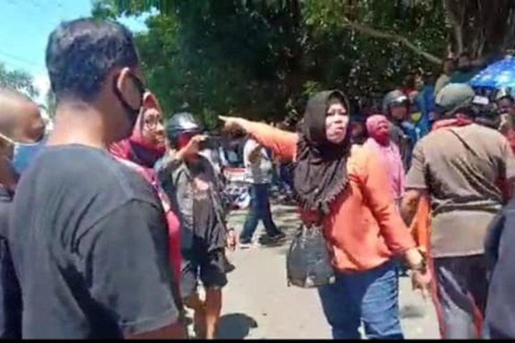Pedagang di Pasar Bahari Berkesan, Kelurahan Gamalama, Kota Ternate, Maluku Utara mengamuk protes diberlakukannya buka tutup menuju pasar dalam rang pencegahan Covid-19, Minggu (3/5/2020)