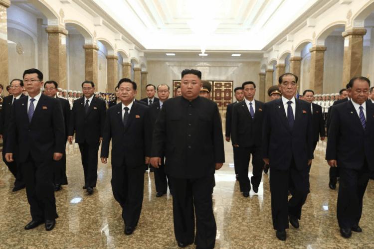Kim Jong Un, pemimpin tertinggi Korea Utara tampak menghadiri peringatan kematian kakeknya, Kim Il Sung di Istana Kumsusan.