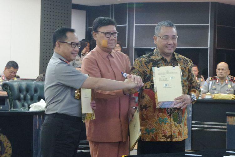 Polri, Kementerian Dalam Negeri, dan Kementerian Desa, Pembangunan Daerah Tertinggal dan Transmigrasi menandatangani nota kesepahaman mengenai dana desa di Mabes Polri, Jakarta, Jumat (20/10/2017)