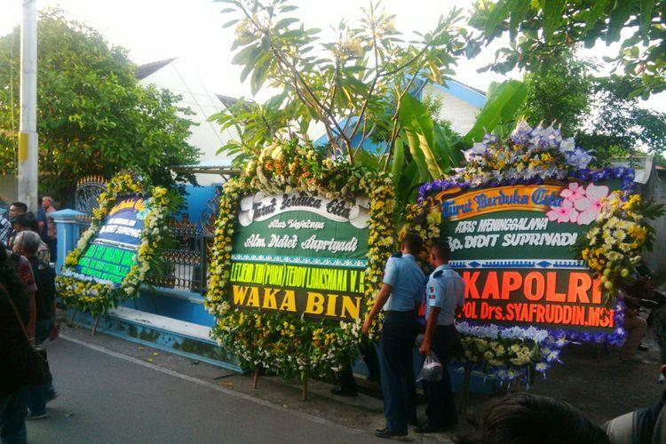 Karangan bunga ucapan belasungkawa berjejer di rumah duka Jalan Kutai Barat Perum Kutai Harmony 2 RT 004/ RW 016 Kelurahan Sumber, Kecamatan Banjarsari, Solo, Jawa Tengah, Selasa (3/4/2018).