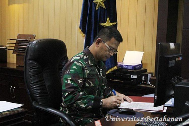Rektor Universitas Pertahanan (Unhan) Laksamana Muda TNI Dr. Amarulla Octavian S.T., M.Sc., DESD. melaksanakan penandatanganan Nota Kesepakatan Bersama dengan Rektor Universitas Airlangga Prof. Dr. Mohammad Nasih.