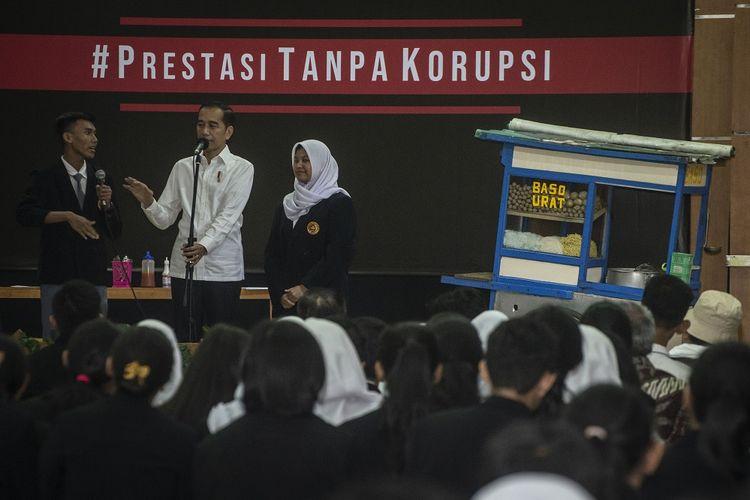 Presiden Joko Widodo (tengah) berbincang dengan murid seusai menyaksikan drama bertajuk Prestasi Tanpa Korupsi di SMKN 57 Jakarta, Jakarta Selatan, Senin (9/12/2019). Kegiatan tersebut dalam rangka memperingati Hari Antikorupsi Sedunia. ANTARA FOTO/Aprillio Akbar/aww.